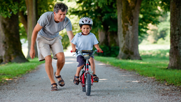 Как научить ребенка кататься на двухколесном велосипеде?